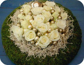 Moskrans met een biedermeier van rozen, tillandsia en kerstballetjes kerststuk maken