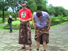Toko Batik Online Kendal – Tata Cara pemakaian batik memiliki nilai pendidikan tersendiri, berikut adalah beberapa uraian dari cara pemakaian kain batik. Bagi anak-anak batik dipakai dengan cara sabuk wolo. Pemakaian jenis ini memungkinkan anak-anak untuk bergerak bebas. Secara filosofis pemakaian sabuk wolo diartikan bebas moral,