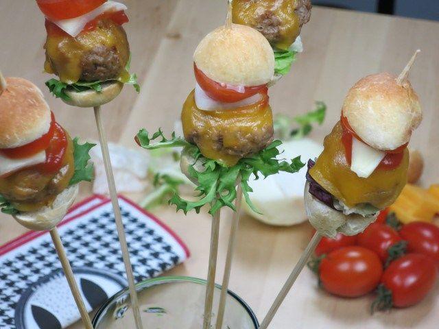 Mini-Burger am Stiel… Schnell und der Hit auf jeder Party!