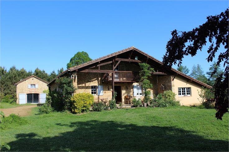 Sublime haras à vendre chez Capifrance près de Mont de Marsan dans les Landes.     > 400 m², 10 pièces dont 7 chambres et un terrain de 300 HA.    Plus d'infos > Edouard de Rivoyre, conseiller immobilier Capifrance.