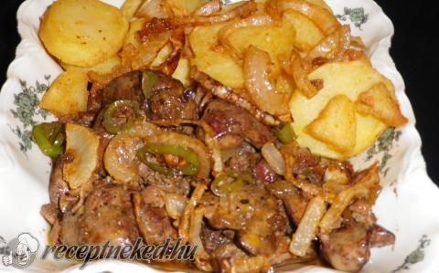 Csípős pirított csirkemáj, sült krumpli és sült hagyma