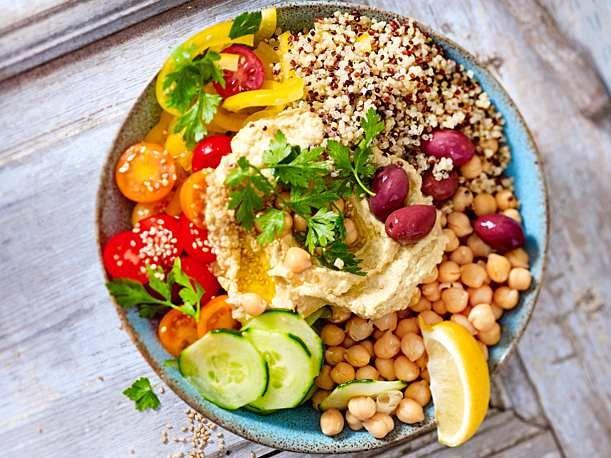 Mediterrane Bowl mit Quinoa und Hummus