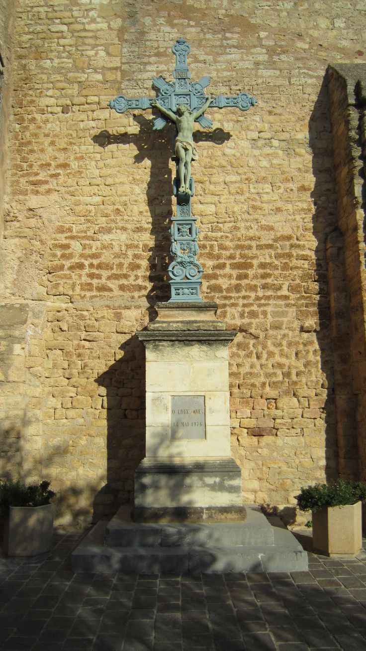 Croix de l' abbadie. Elle se trouve sur l'actuelle place de l'église, adossée au mur de l'abbatiale. Elle porte une inscription et une date : O CRUX AVE 1875. Located on the site of the current church, against the wall of the abbey. It bears an inscription and date: O CRUX AVE 1875.  #Belvedere #Quarante #Herault #Languedoc