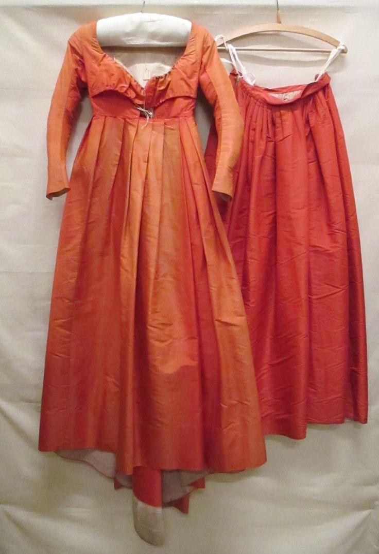 rokken | Rok van rode zijde, behorende bij vermaakte japon | Identifier 0556231 | Creation date 1795 - 1800 | Material silk | Gemeentemuseum Den Haag