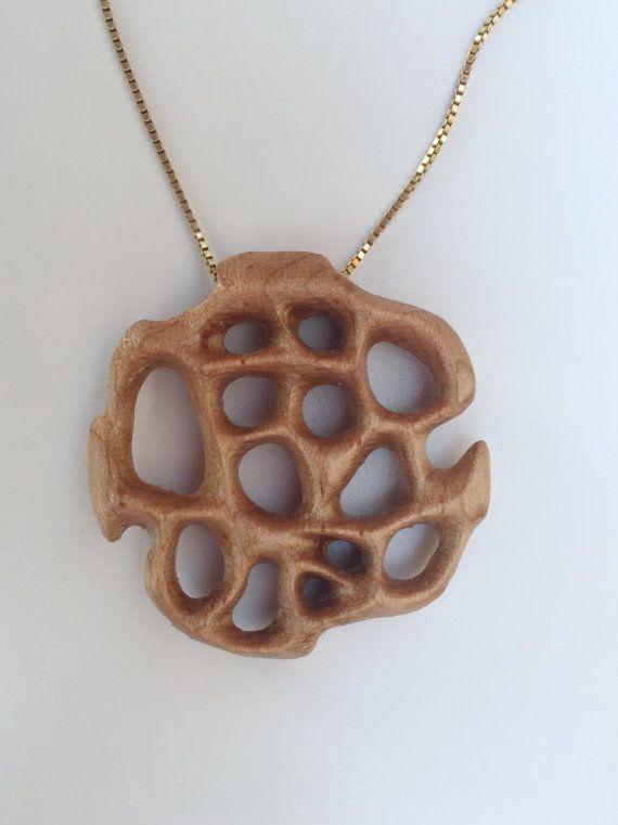 Pendentif en bois formes organiques avec 18 par NardineDesignStudio