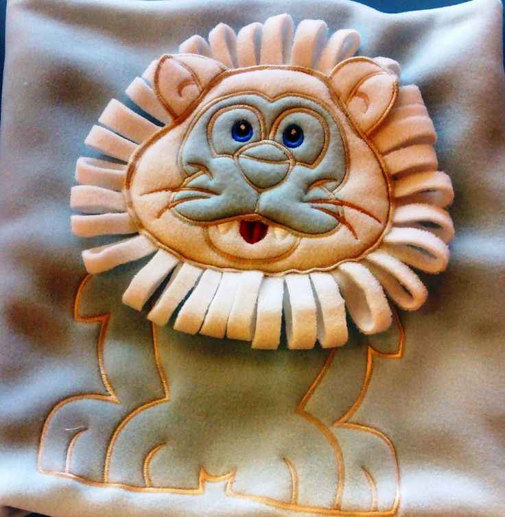 Ho realizzato questa copertina in pile per un neonato nato prematuro Mi è stata commissionata e il leoncino mi sembrava l'animale più indicato in questo caso....Chissà che li possa trasmettere un po di grinta
