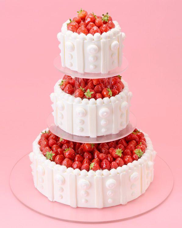 丸三段柱つきいちご&ラズベリー(スタンダード・ウェディングケーキ)ケーキの間に柱をつけた高さ45㎝のケーキに いちごとラズベリーをたっぷりしきつめました。1月~5月のいちごがおいしい時期におすすめです。
