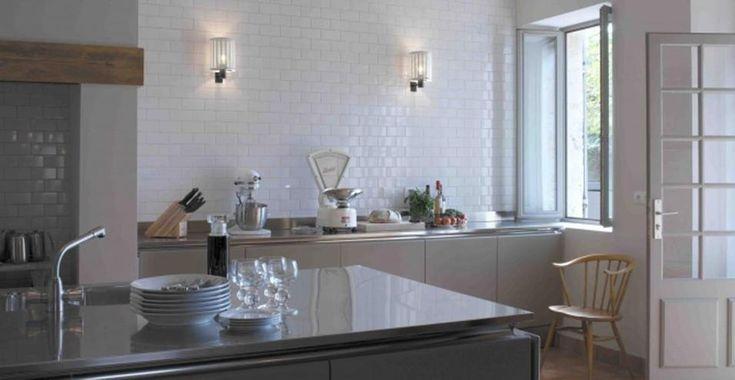Un casale bohémien in campagna. La cucina è un ambiente tanto rigoroso quanto essenziale. I componenti in acciaio inox sono stati disegnati su misura dalla Tisettanta.