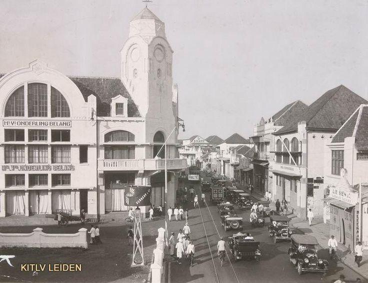 Het warenhuis van de Handels Vereeruging Onderling Belang op de hoek van de Pasar Besar en de Oude Comedieweg te Soerabaja