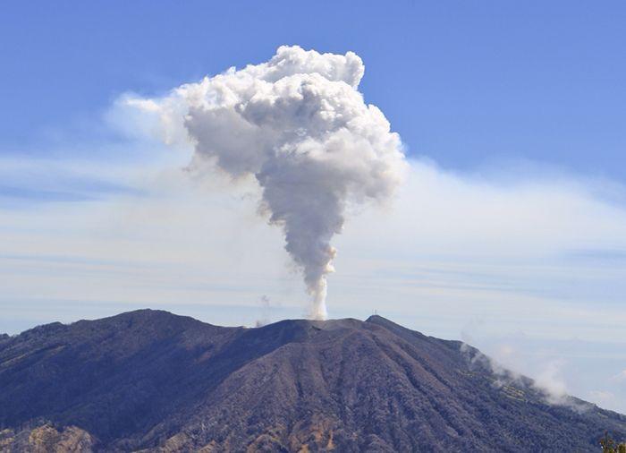 Den brandhærgede keglevulkan Rincón de la Vieja, der består af 9 sammenhængende kratere heriblandt Santa Maria, som har den højeste top på 1.916 meter. Kraterne er de mest aktive i Guanacaste bjergene, og du kan opleve Von Seebach krateret udsende gasser og dampe.