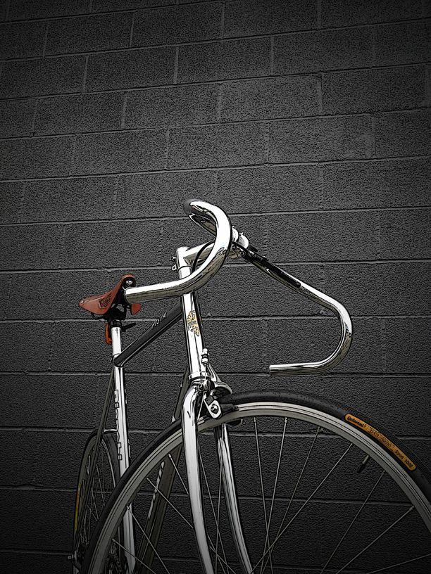 Chrome Bianchi Pista - The seat style and frame/handlebar design make it vintage.