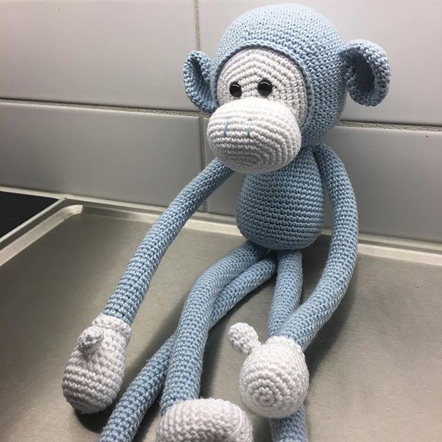 WEBSTA @ amandajforsman - Igår fick denna flytta i ett paket till sin nya ägare #yarn #tildasvartafåret #tildagarn #instacrochet #pyssel #handmade #handgjort #handarbete #gosedjur #mjukisdjur #söt #apa #crochet #crochetedmonkey #crochetmonkey #crochetaddict #virkstagram #virka #virkadapa #barnrumsinspo #mikethemonkey #amigurumi