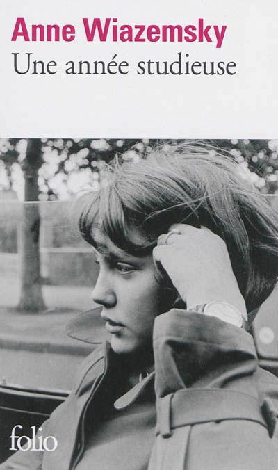 Une année studieuse - Anne Wiazemsky - Librairie Mollat Bordeaux Cette année c'est celle où la petite fille de Mauriac rencontre J.L Godard, on se retrouve plongée dans la fin des années 60 dans un Paris qui ne connait pas encore la révolution des étudiants, dans un monde à part...celui du cinéma, des intellectuels parisiens.. plaisant