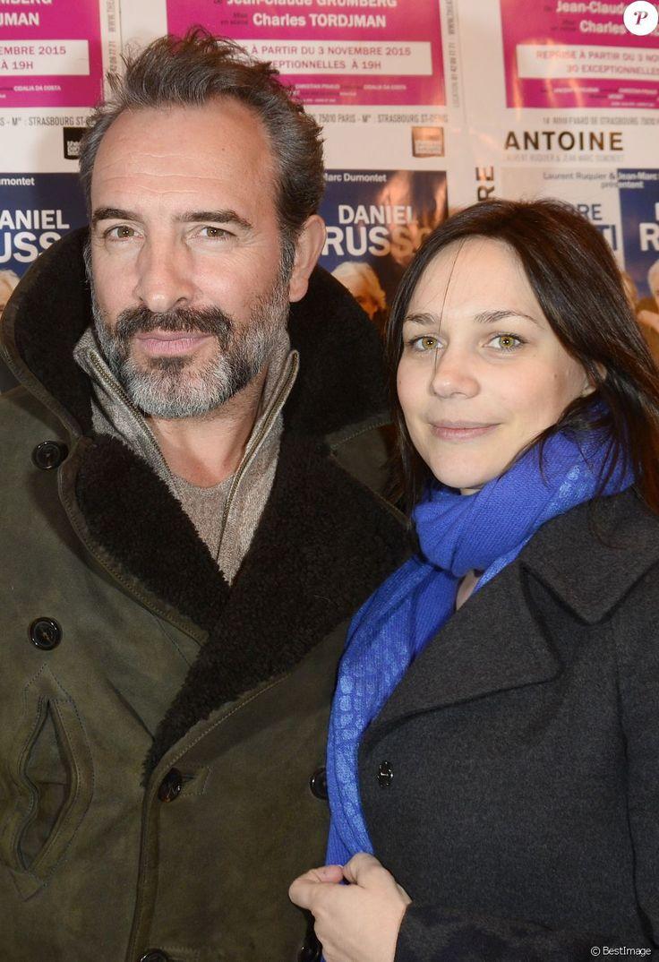 """Jean Dujardin et sa compagne Nathalie Péchalat lors du photocall de la générale de la pièce """"L'être ou pas"""" au Théâtre Antoine à Paris le 21 mars 2016."""