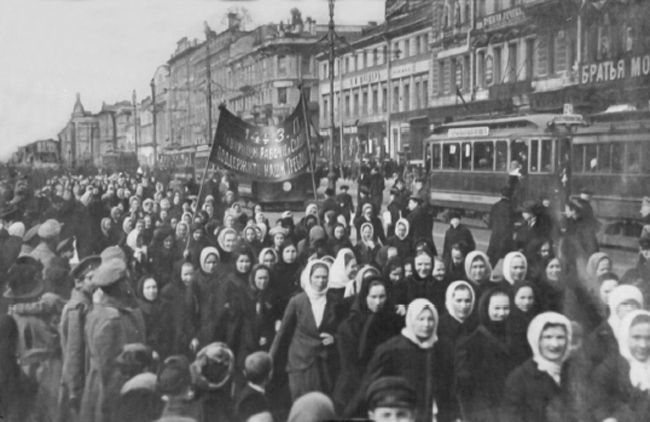 Russia, the February Revolution: wives of soldiers and sailors marching on the Duma (parliament). This Day in History: Mar 8, 1917: February Revolution begins http://dingeengoete.blogspot.com/