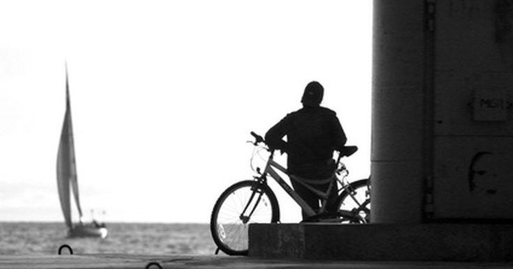Cómo reparar una bicicleta de fibra de carbono. Las bicicletas de fibra de carbono tienen una gran ventaja en la categoría de peso, pero también son más caras y menos duraderas que sus contrapartes de metal. A menudo, el daño a un cuadro de fibra de carbono es suficiente para dejarla fuera de servicio, sin embargo, puedes reparar algunos daños menores en una bicicleta de fibra de carbono sin ...