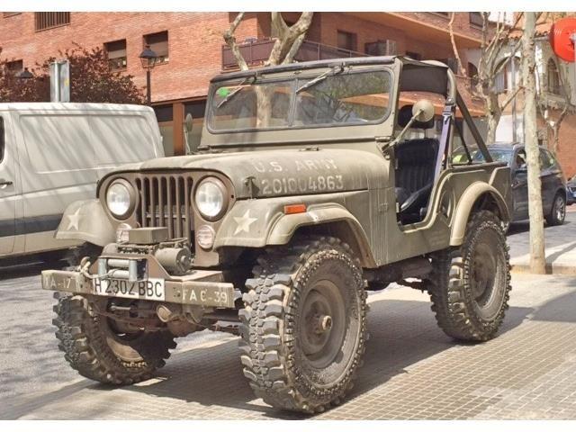 Jeep CJ-5 / Willys M-38 A1 Hybrid. Frame Off Restaurierung. Aufgebaut bei Tibus Off Road. 68er Corvette Motor V8 4,7 l. Ca. 250 PS. GM TH 350 Automatik. Bestop Verdeck + Bikinitop. Olivgrün. Verstärkte Achsen, Detroit Locker Diff. 9.00 x 16 Fedima Mud Terrain Reifen auf Land Rover Felge. Schlicht, laut und stark. Winde. Echtes Off Road Gerät, kein Luxus. Nur für Profis. Wegen Zeitmangels abzugeben. Momentan noch auf spanischen Kennzeichen. Standort Hamburg.