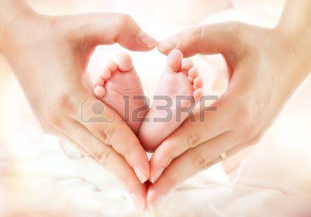 pies de bebe: los pies del bebé en manos de la madre - de forma solera Foto de…