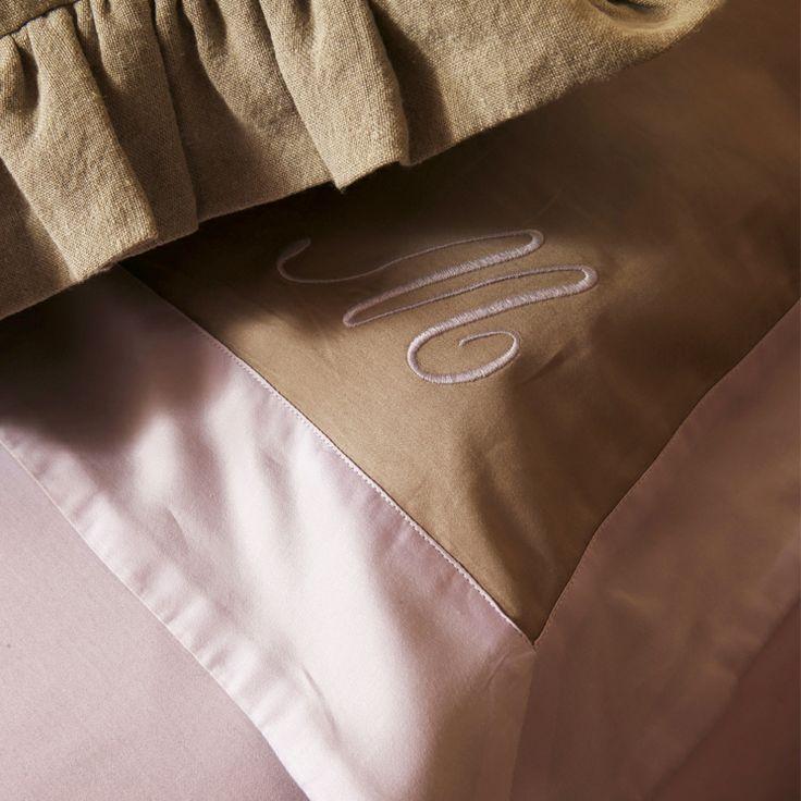 Federa rasatello di cotone 3 volani con cifra alfabeto inglese by Martinelli Ginetto #bedroom detail #embroidery