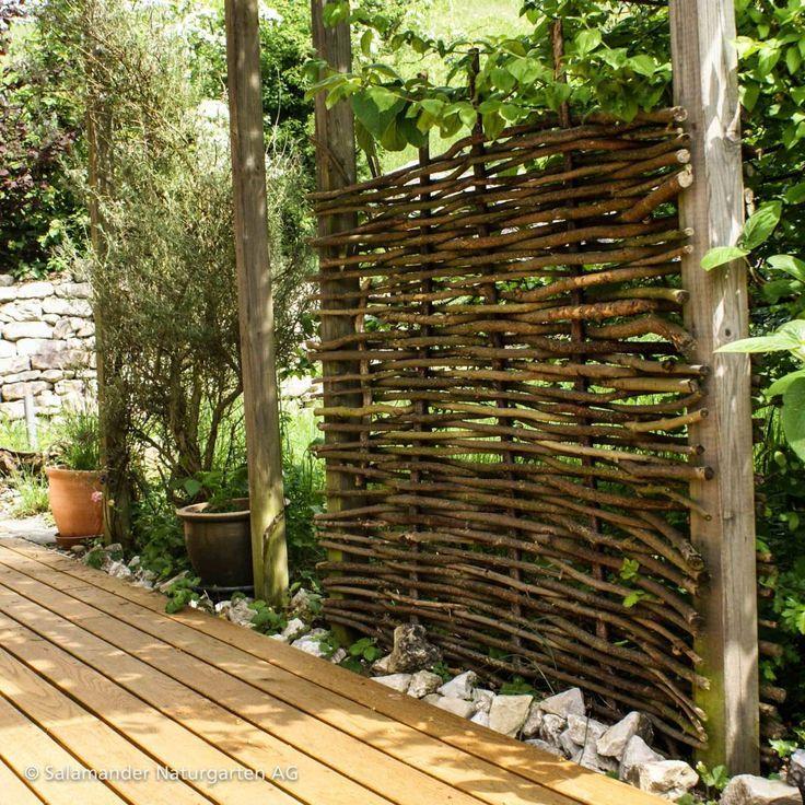 Flechtzaun aus Weideästen im Garten: Holzterrasse aus Eiche #Zaun #Garten #Gard