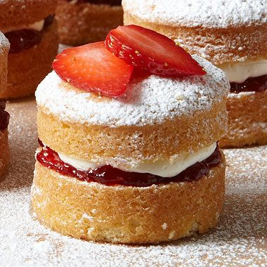 Adorable mini Victoria sponge cakes!