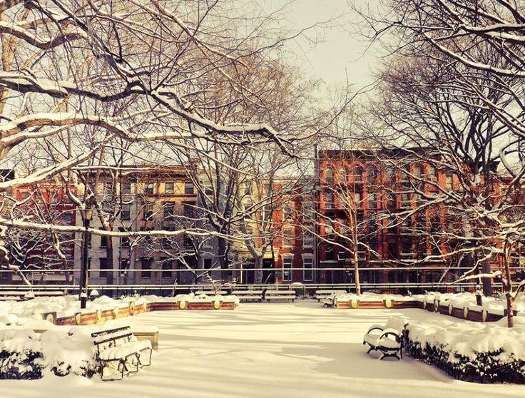 Muita neve no Tompkins Square Park, em NYC, um dos inúmeros parques da cidade. #DestinosEssenciais