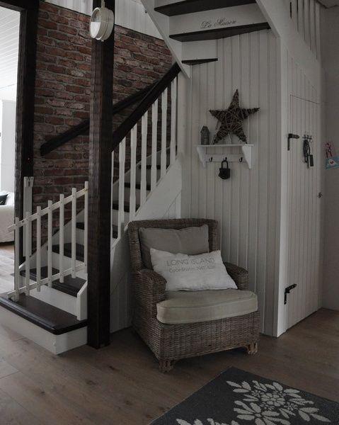Eteinen muodostuu meillä tuulikaapista ja eteisaulasta. . Eteisaulasta lähtee portaat yläkertaan. Säilytystilaa aulaan saatiin rakentamalla portaiden alle komero.. Tuunattu lipastokaappi löysi paikan eteisestä.
