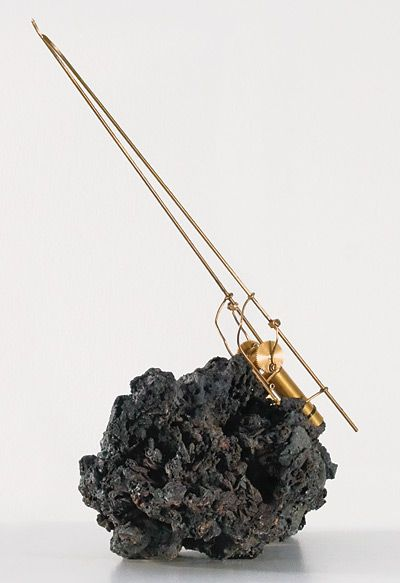 Rebecca Horn | Crickets Song, 2010 [materiali: pietra, ottone, foglia d'oro, motore, dispositivi elettronici; dimensioni: 1360 x 350 x 350 mm]