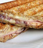 Schinken – Käse – Toast mit Zwiebel