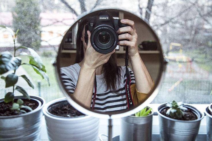 Nie każdy musi być fotogeniczny. Bycie fotogenicznym nie ma tak naprawdę wiele wspólnego z urodą. Najpiękniejsza dziewczyna też może na zdjęciu wyglądać jak Shrek  Tylko nieliczne szczęściary wyglądają świetnie i na żywo, i na zdjęciach. Osoby, które często się fotografują (nawet robiąc tylko selfie), oswajają się z aparatem i przed obiektywem czują się pewniej, …