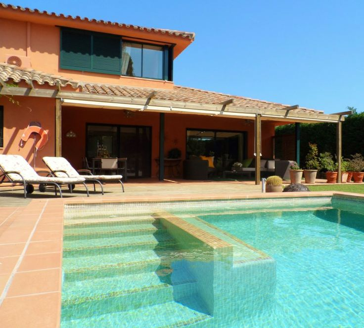 Zwembad met luxe zitbank en ingebouwde stenen trap.....heerlijk !