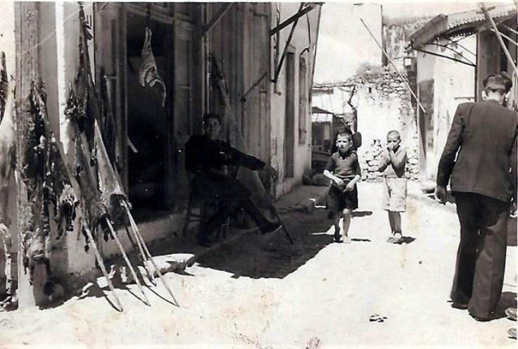 Οι Αρχάνες - RETRONAUT - LiFO    Κάπου εκεί το 1940 στις Αρχάνες το κρεοπωλείο του Γριβάκη Γρηγόρη στις Αρχάνες και ο ίδιος καθισμένος έξω από το κατάστημά του στην απάνω αγορά των Αρχανών,  λιάζοντας τα δέρματα από τα ζώα...