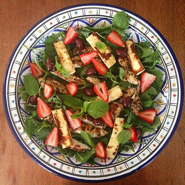 """""""Za'atar Chicken with Strawberry, Halloumi + Olive Salad. #iqs8wp greatness. {I used baby kale leaves, topped with strawberries, haloumi, kalmata olives,…"""""""