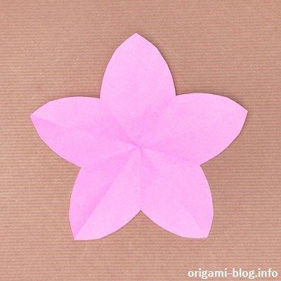 おりがみぶろぐ管理人です。 今回紹介する折り紙は「桃の花」です。切るのは1ヶ所だけなのに、花びらが綺麗に整った桃の花が簡単にできますよ。 ひな祭りなどの飾りとして、沢山作りたいと...
