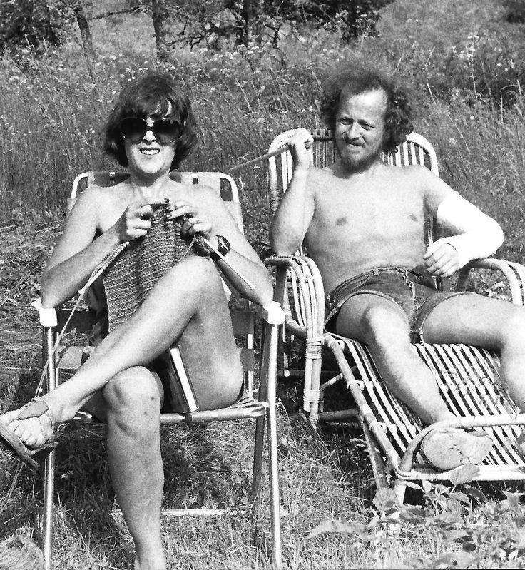 Henning Olsen, 72, København.  I 1970'erne holdt min samlever og jeg ofte ferie i en svensk ødegård sammen med gode, socialistiske venner. Vi satte grænsen ved SF! På dette billede er vi dog alene foran ødegården, der ikke lå særlig langt fra Smålandsstenar. Mor strikker (ofte hønsestrik), og far har brækket armen pga. lillebrors hårde fodboltackling (1976).