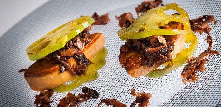 Foie gras con radicchio brasato, uvetta e pomodori verdi. Per leggere la ricetta: http://myhome.bormioliroccocasa.it/myhome/it/home/spazio-alle-idee/idee-chef/foie-gras.html