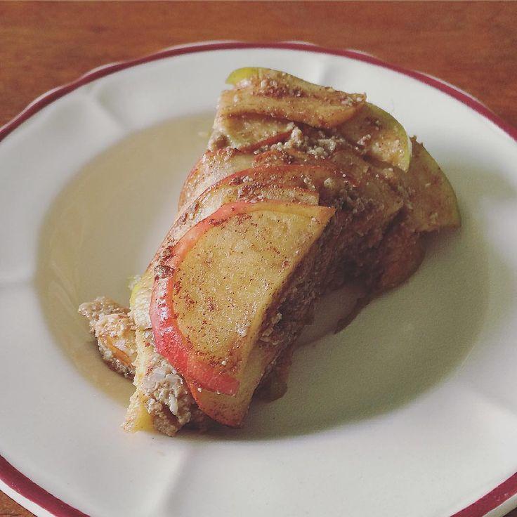 olinasiНу вот👍Самый вкусный полезный тортик, который я ела😊 Яблочная пахлава💛 В составе тонко нарезанные яблоки, грецкий орех, фисташки, подсолнечные семечки, гвоздика, мёд. Чередовать слои- яблоки и орехово-медовую пасту, затем в холодильник на несколько часов, чтобы пропитался. Рецепт подглядела, когда сын его делал😄 Самое приятное, что он лёгкий, без тяжёлой орехово-финиковой основы😊