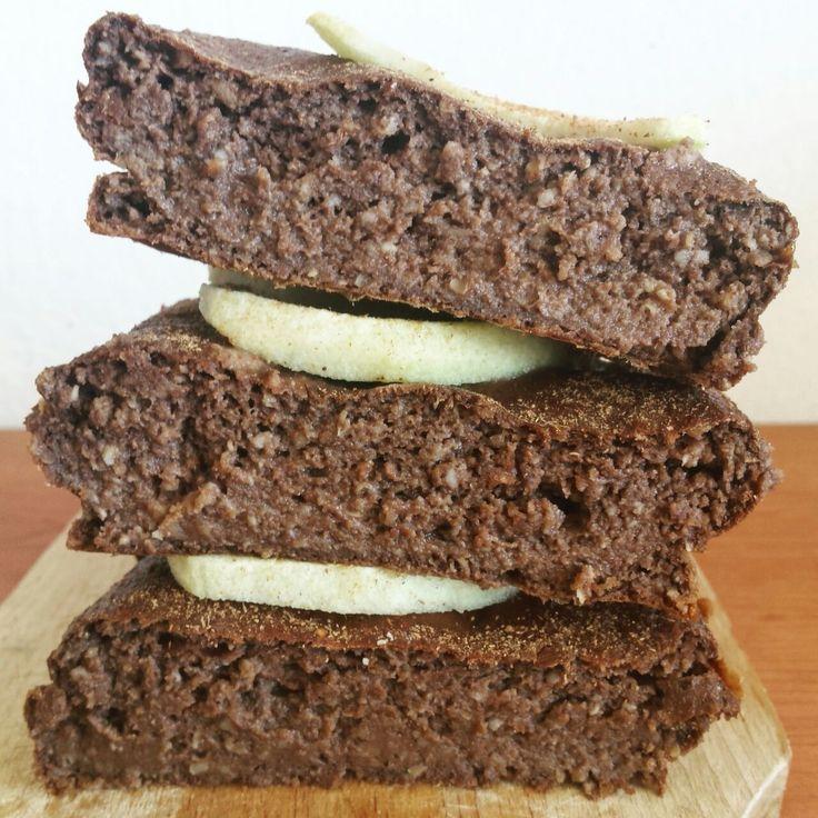 Brownie Fit de chocolate - W  INGREDIENTES  - 1 manzana  - 80gr de harina de avena OatMash sabor choco-coco  - 20gr de salvado de avena  - 150ml de bebida vegetal. Yo usé la de alpiste (0gr de azúcar)  - 15gr de proteína aislada de Amix sabor vainilla  - 4 claras de huevo (si son pasteurizadas necesitaras más)  - 1 cucharada de cacao de algarroba o cacao desgrasado sin azúcar  - 20 gotas de stevia líquida (al gusto)  -