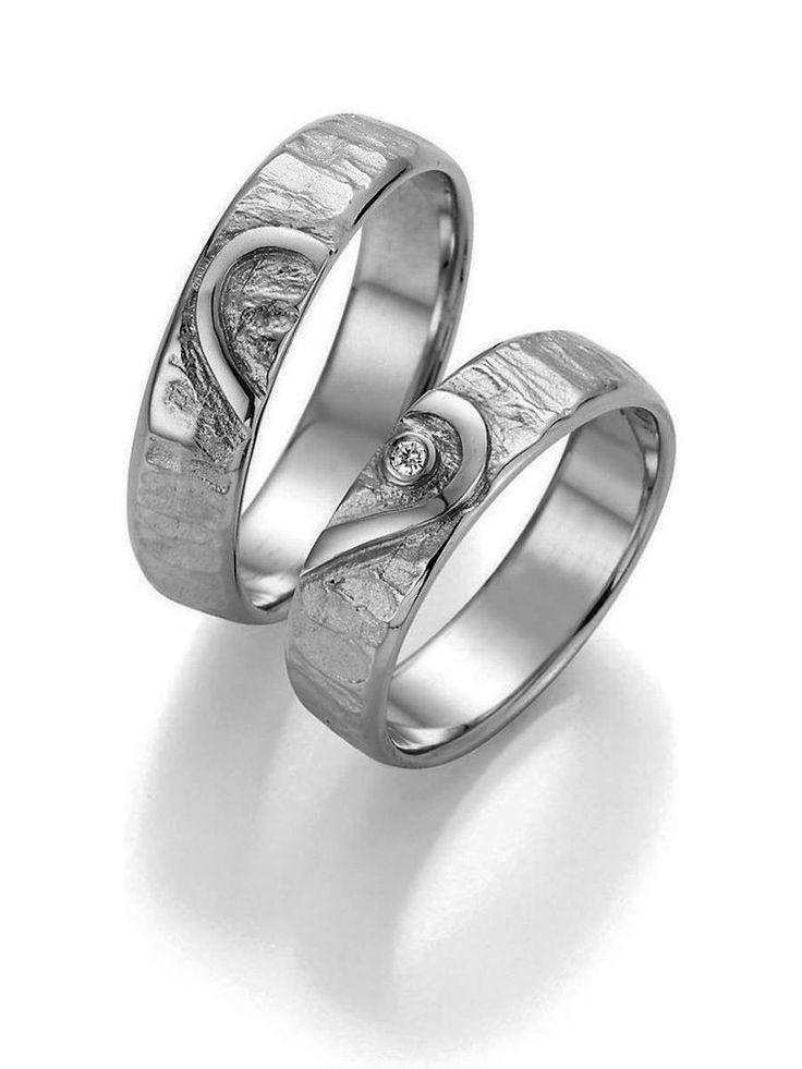 Partnerringe Platin:  Ringbreite: 5,5 mm - Kollektionen: Goldschmied Inspiration -  Steingröße & Qualität:0,025 ct w/si -  Material: Platin - Ringhöhe: 1,4 mm -  Oberfläche: gehämmert, glänzend -  Lieferzeit: 7-10 Werktage