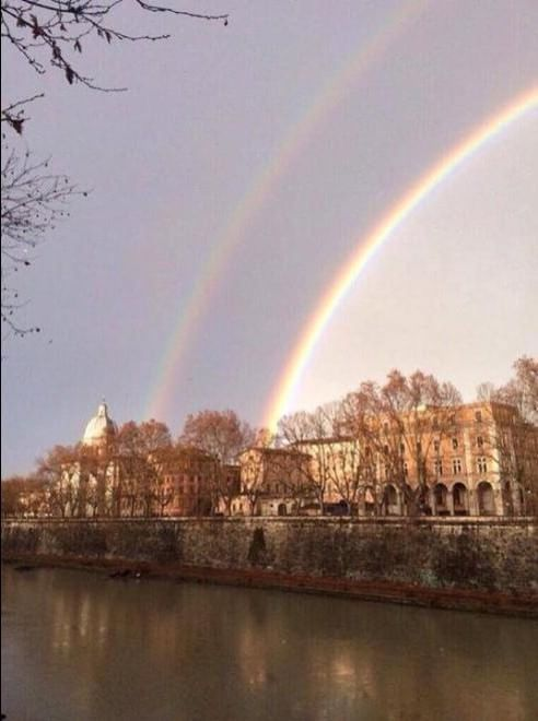 Dopo un pomeriggio di pioggia, nel cielo di Roma è comparso un doppio arcobaleno che ha affascinato gli utenti dei social network. In tanti, infatti, hanno immortalato lo spettacolo naturale e hanno postato le immagini su Facebook w Twitter   Foto da twitter: Babbaribba