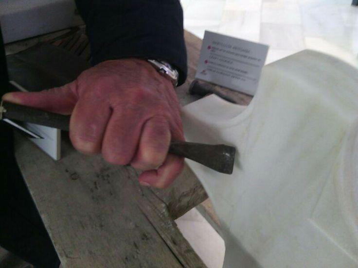 Antiguo artesano nos muestra como se coloca el cincel para trabajar el mármol. De esta forma se consigue mucha mas firmeza y precisión en los golpes para lograr un buen acabado.