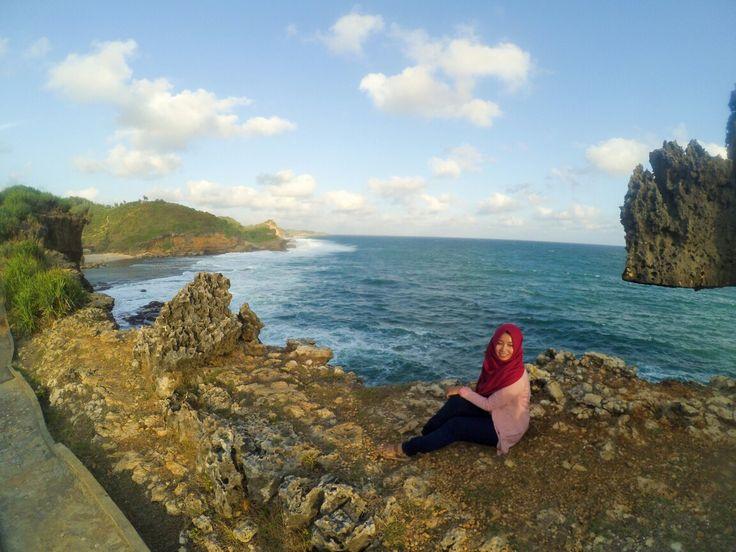 Pantai ngeden, gunungkidul #explorejogja #yogyakarta #gunungkidul #pantaingeden #beach #traveling #travelingindonesia by @vidyaayuu
