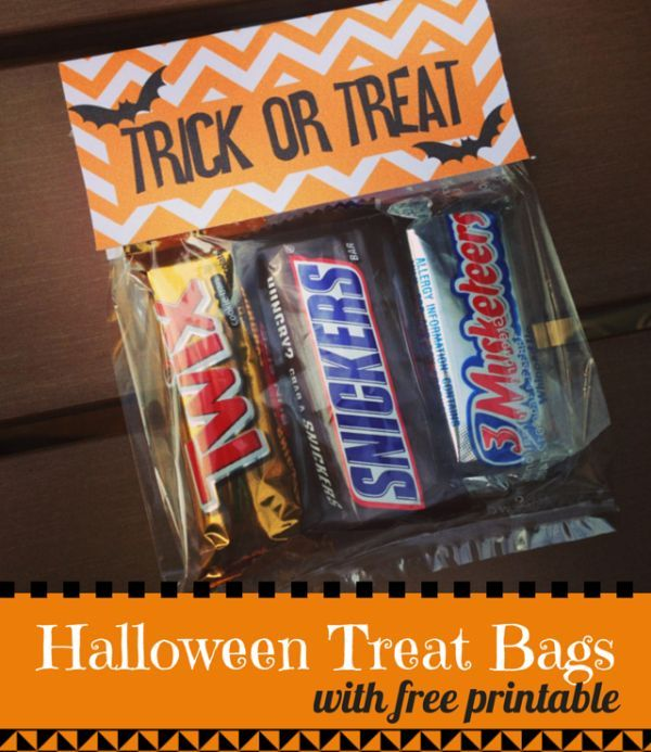 DIY Halloween Treat Bags with a FREE printable. Great project for a Halloween party. Halloween crafts from Weekend Craft.