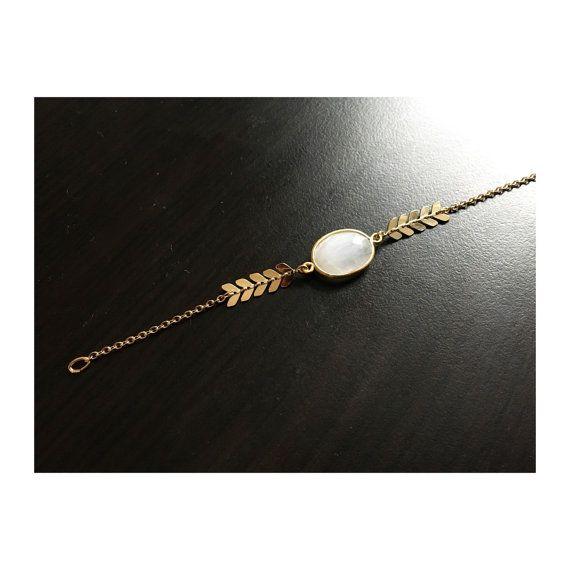 Un bracelet fin et élégant avec chaîne épis et Pierre de lune ornée d'argent doré - Bijoux G.emma - Bijoux minimalistes et fantaisies - pierres semi-précieuses