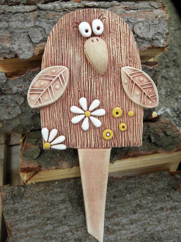Zápich - ptáček Ze šamotové hlíny, velikost 15 x 13 cm(vxš), celková délka zápichu 25,5 cm.