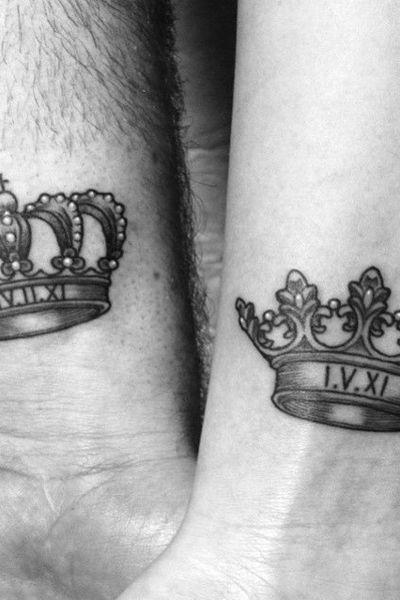 Tatouage sur le poignet : roi et reine par Georgie Harrison