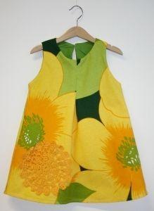 Kierrätyskankainen vihreäkeltainen mekko, virkattu pitsikoriste, 100-110