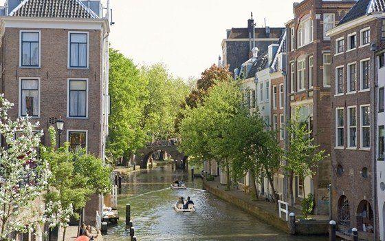 Explore Utrecht na água e você terá uma visão completamente diferente. Veja as fachadas históricas das casas do cais, as cenas e as várias árvores ao longo dos canais, alguns dos quais têm mais de 200 anos! Você pode escolher entre uma viagem de ida e volta em um cruzeiro, ou partir para a exploração em pedalinho, barco a remo ou canoa.