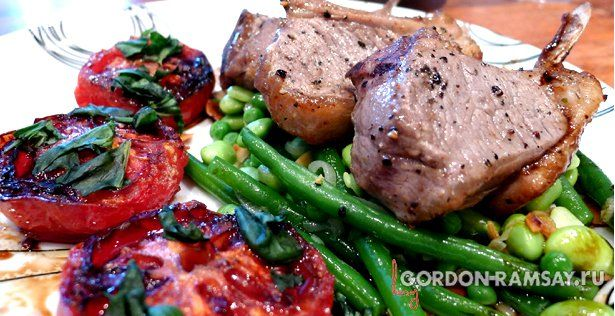 Каре ягненка с теплым салатом из  фасоли и  жареными помидорами, рецепт Гордона Рамзи