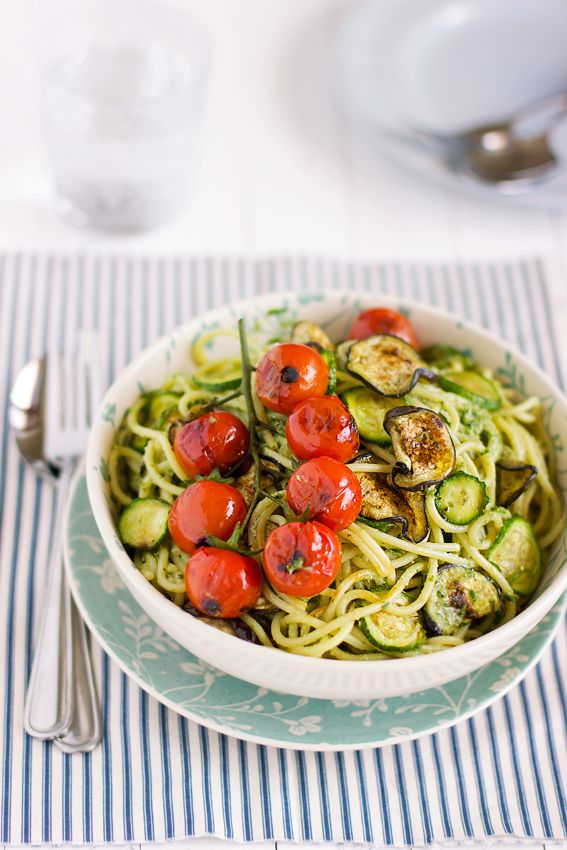 giroVegando in cucina: Spaghetti con verdure grigliate e pesto di prezzemolo - Beautiful grilled vegetable & pasta dish! I love the tomatoes.